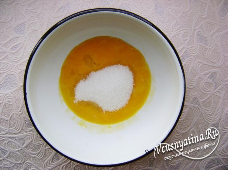 Соедините сахар и яйца