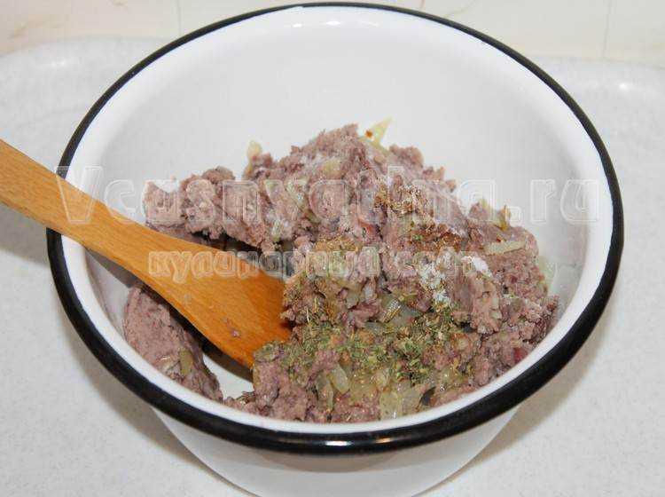 В измельченную фасоль добавить жареный лук и специи