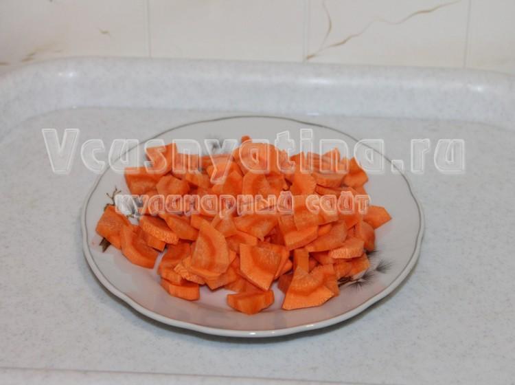 Нарежьте морковку
