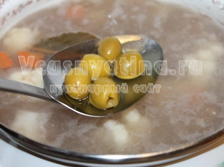 Добавьте в рассольник оливки