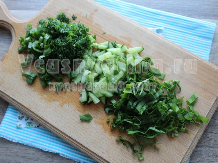 Нашинковать зелень и нарезать огурец для салата