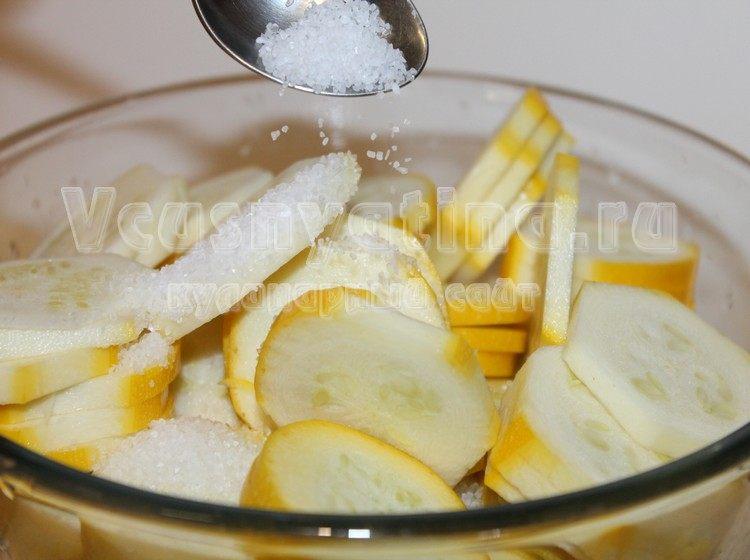 Посыпьте кабачки солью
