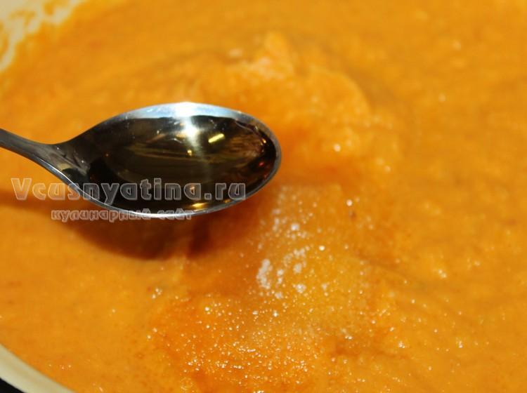 Добавьте в кабачковую икру соль, сахар и уксус яблочный