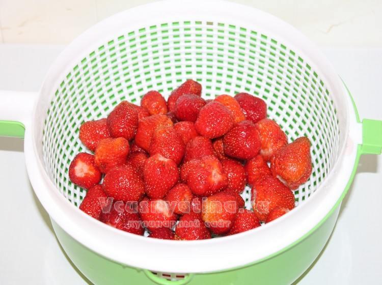 У клубники оборвите листики и промойте ягодки
