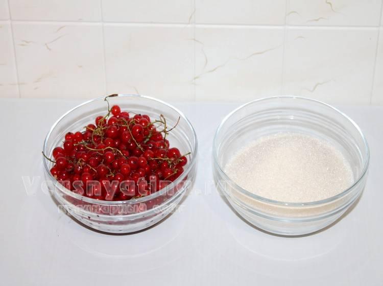 Красная смородина и сахар для компота на зиму