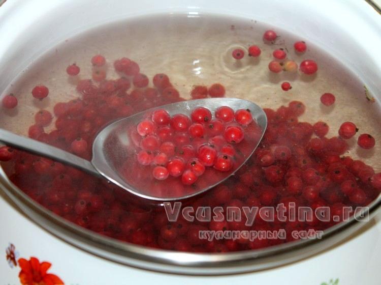 Всыпать красную смородину в кастрюлю с водой