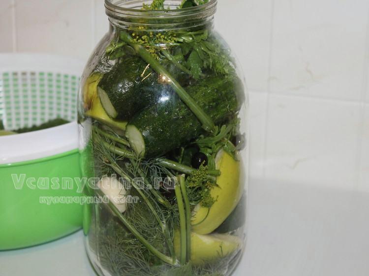 Прикройте огурцы с яблоками зеленью