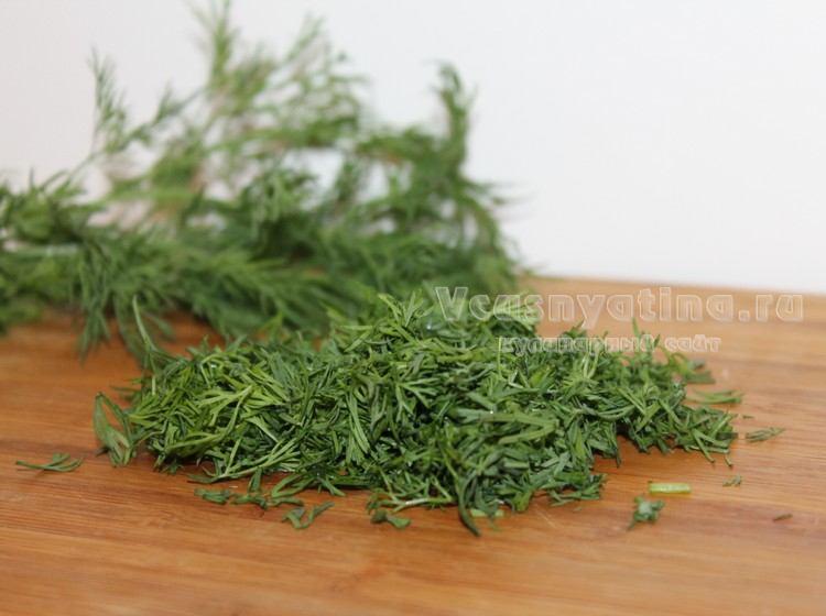 Нарежьте зелень