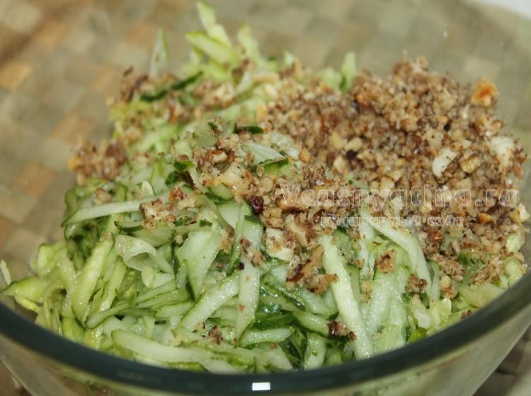 Переложите огурцы и ореховую массу в кастрюльку