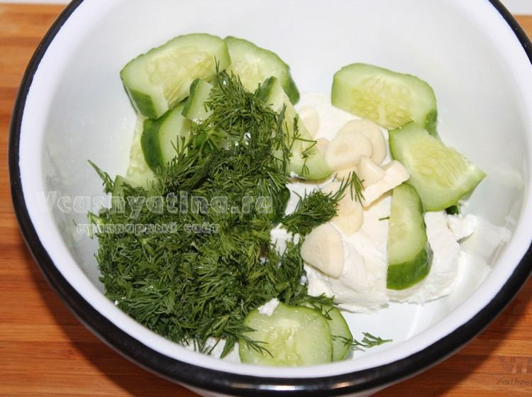 В миску поместите творог, огурцы, зелень