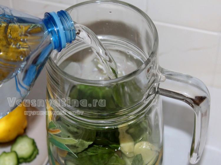 Влейте воду и дайте воде Сасси настояться
