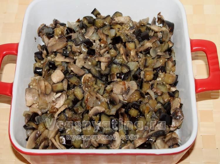 выложите овощи с грибами в форму