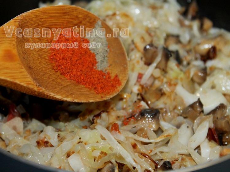 В капусту с грибами добавьте перец и паприку