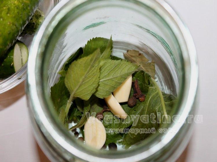 Положите в банки чеснок и листья