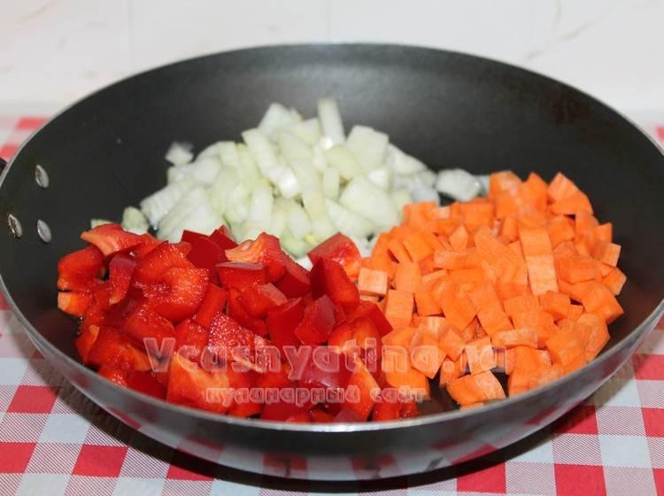 Нарезать лук, перец и морковь
