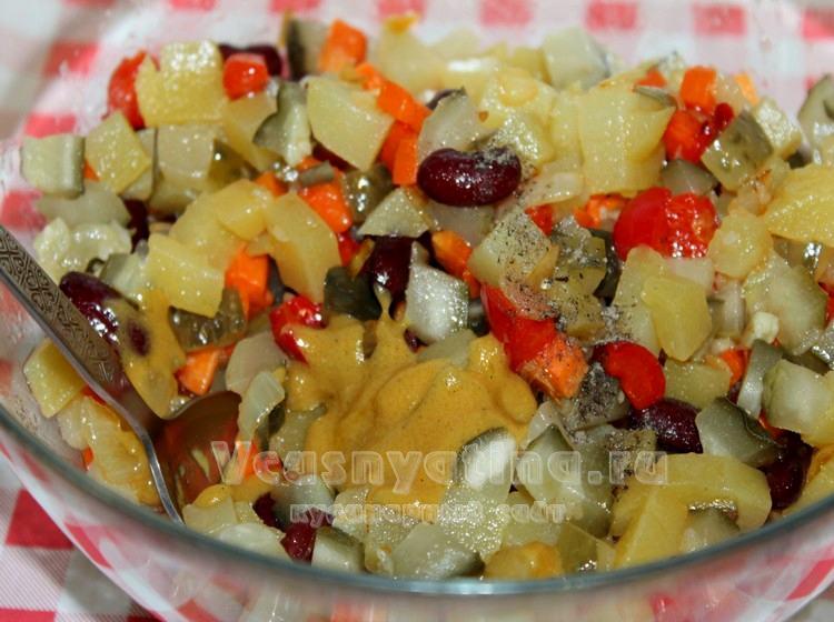 Заправить салат с фасолью и овощами