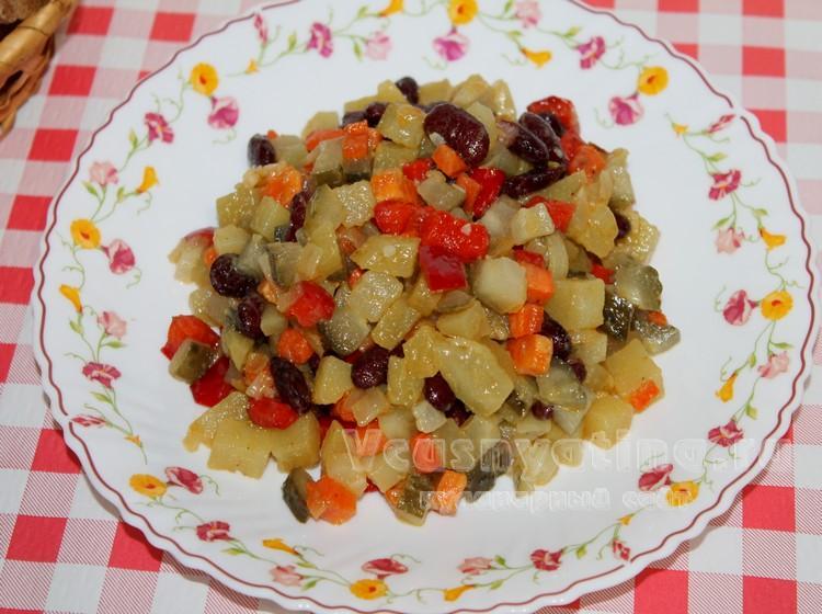 Постный овощной салат с фасолью