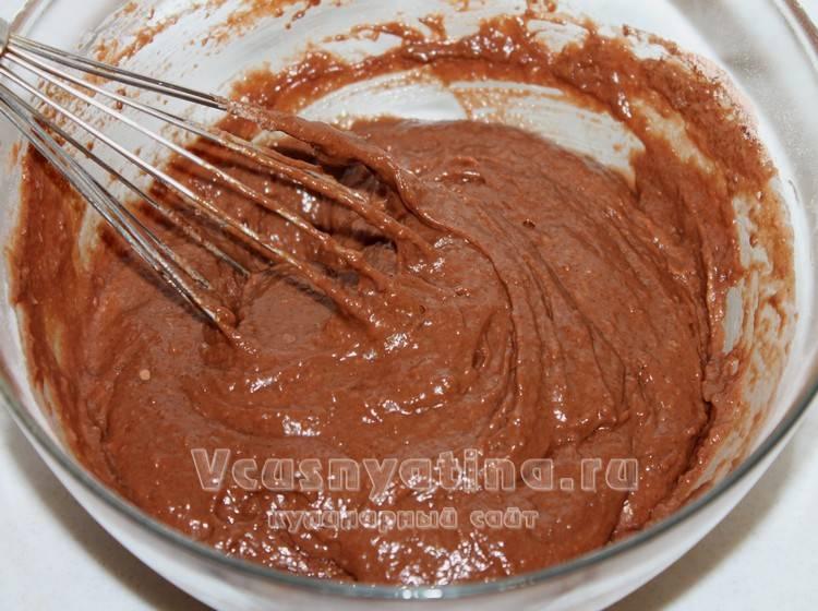 Замесите шоколадное тесто для постного кекса