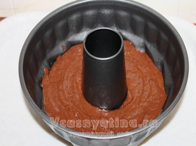 Переложите тесто в форму для кекса
