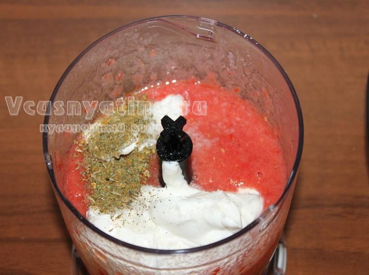 В томатную массу добавьте специи и сметану