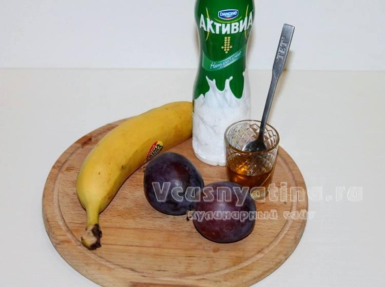 Ингредиенты для смузи из сливы и банана
