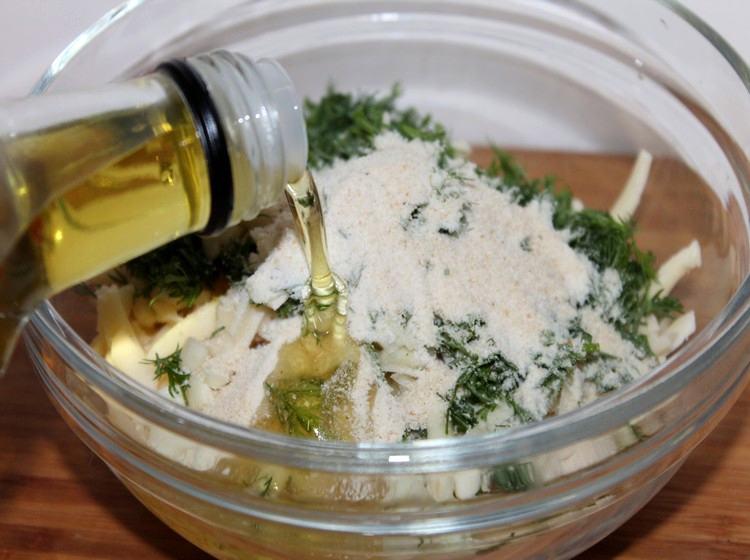 Добавьте к сыру панировочные сухари и масло