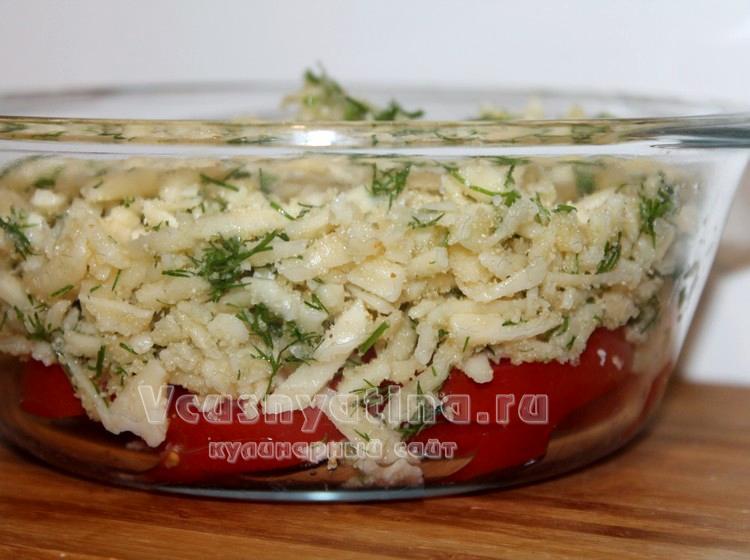 Сырную массу выложите на помидоры
