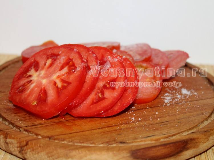 Нарежьте помидоры кружочками
