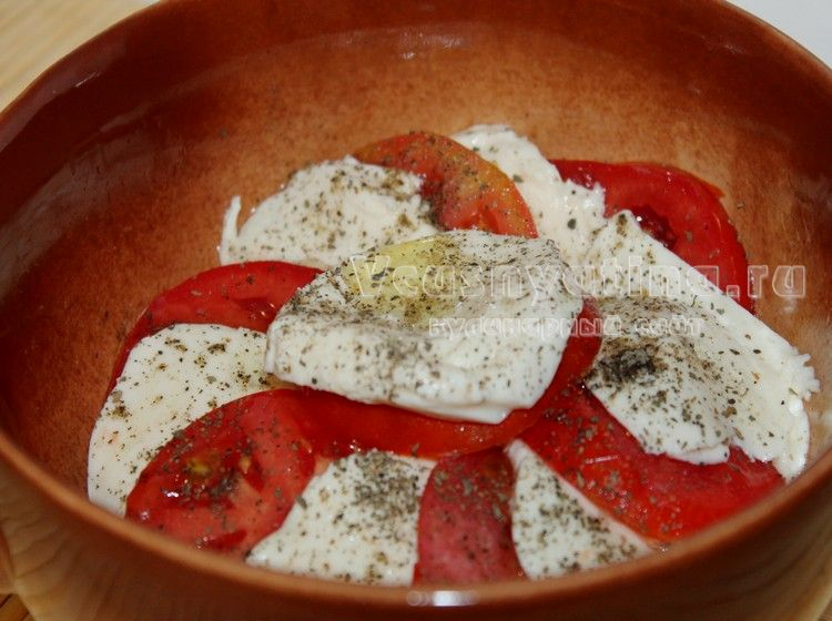 Приправьте помидоры и моцареллу маслом и травами