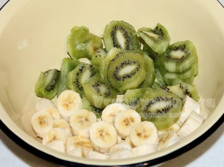 Киви и банан нарезать кусочками