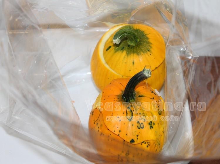 Поместите фаршированные тыквы в пакет для запекания