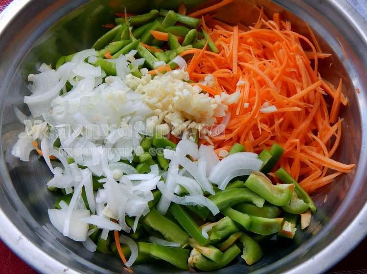 Овощи нарезать, натереть на терке