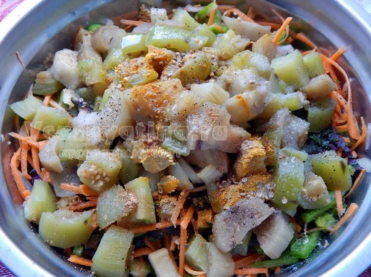 Смешать подготовленные овощи со специями