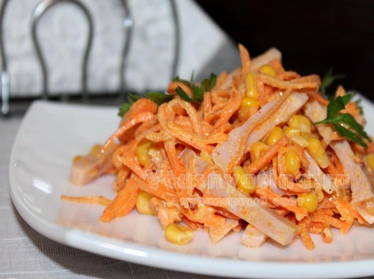 с салат с морковью и ветчиной и кукурузой