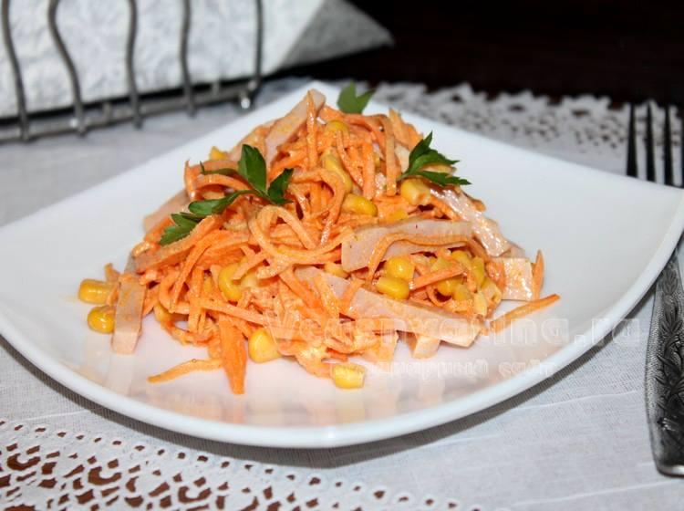 салат с ветчиной, корейской морковью и кукурузой