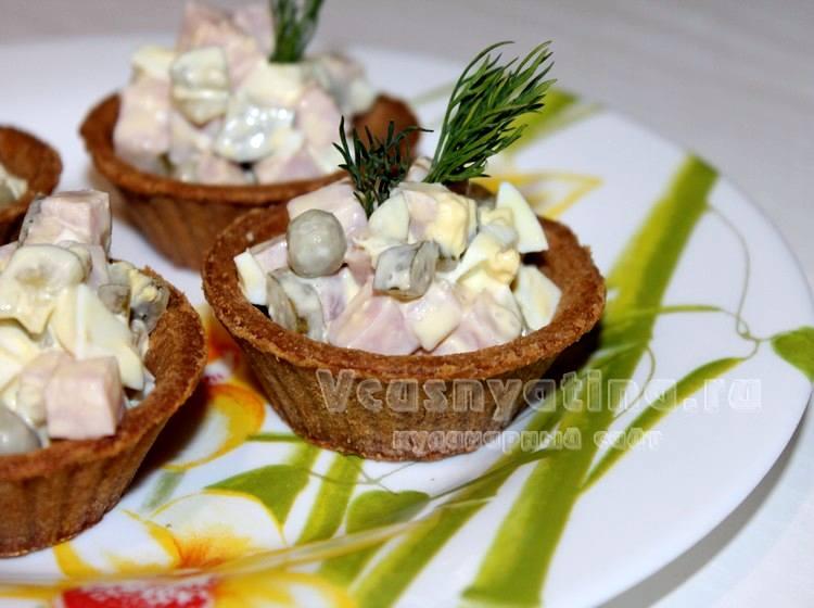 Ветчинный салат в тарталетках