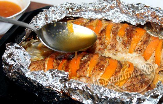 Полейте индейку с мандаринами медовым соусом