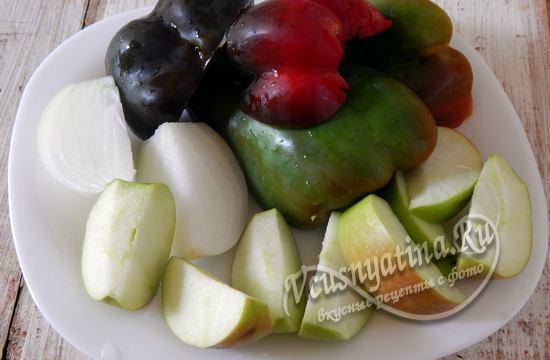 Нарежьте овощи дольками