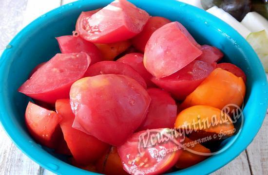 Нарежьте помидоры дольками
