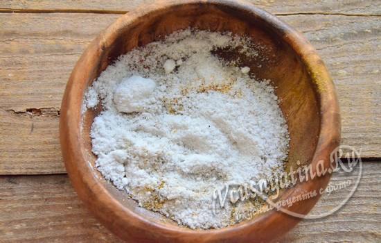 Подготовить смесь из соли и перца для засолки сала