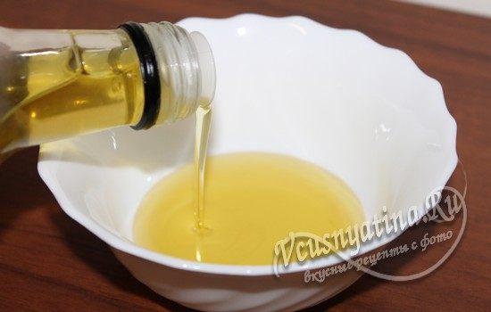 Налить в пиалу масло