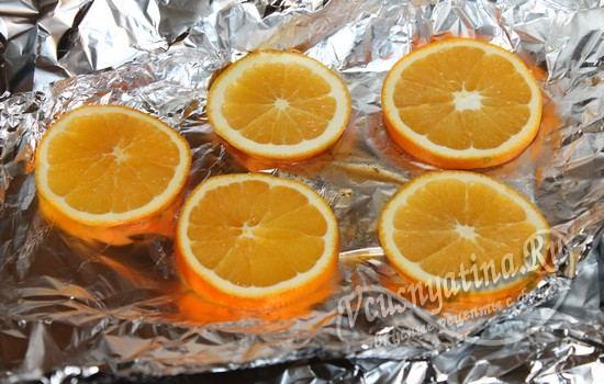 Разложить на фольге кружочки апельсина