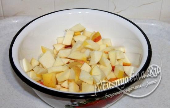 Нарезанные яблоки для пирога