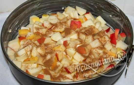 Тесто с яблоками в форме
