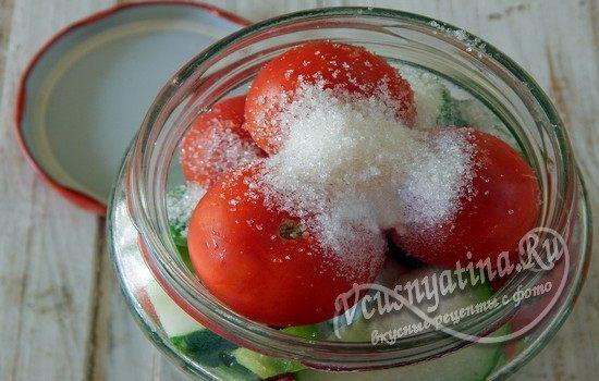 Выложить оставшиеся овощи и добавить соль
