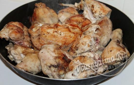 Обжарить курицу на сковороде