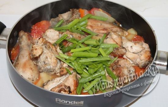 Добавить к курице зеленый лук