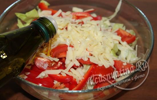 Заправить салат маслом