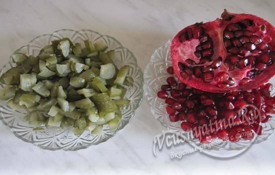 Подготовить огурцы и гранат для салата