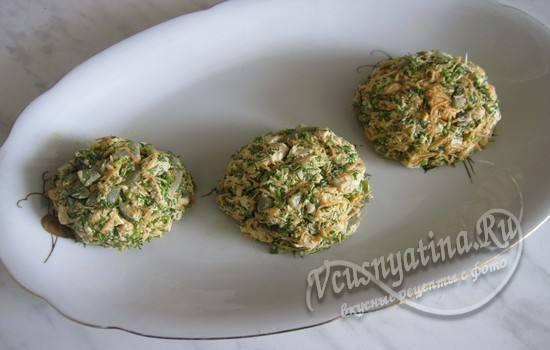 Выложить салат в виде шаров